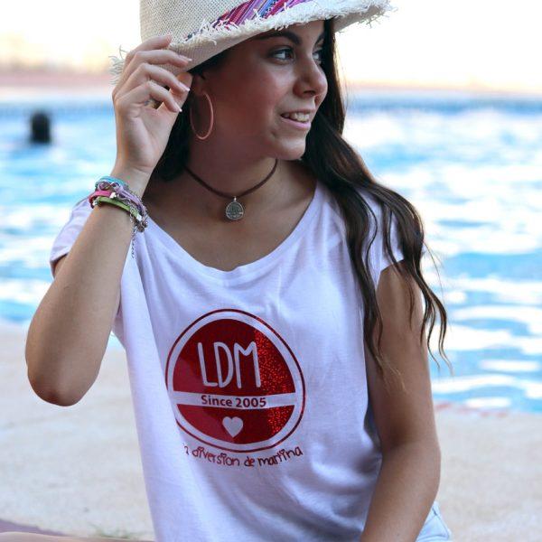 Camiseta blanca con logo en rojo detalle 3